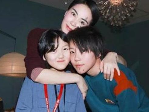 Hai con gái Vương Phi - bỏ học, công khai đồng tính và sống sang chảnh
