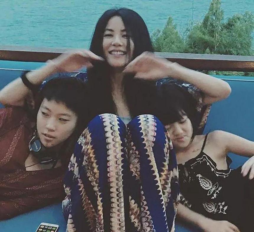 Hai con gái Vương Phi - bỏ học, công khai đồng tính và sống sang chảnh-1