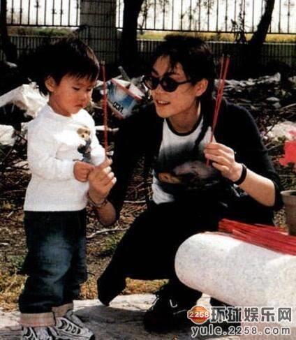 Hai con gái Vương Phi - bỏ học, công khai đồng tính và sống sang chảnh-2