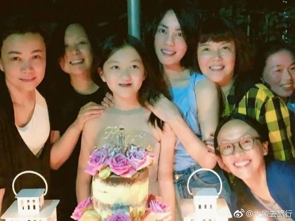 Hai con gái Vương Phi - bỏ học, công khai đồng tính và sống sang chảnh-6