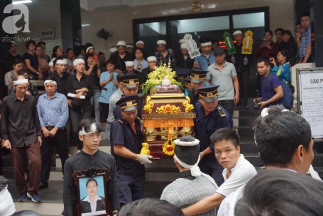Con trai khóc ngất, mẹ già ngã quỵ bên linh cữu của nữ lao công bị ô tô điên tông chết ở Hà Nội khiến ai cũng xót xa-2