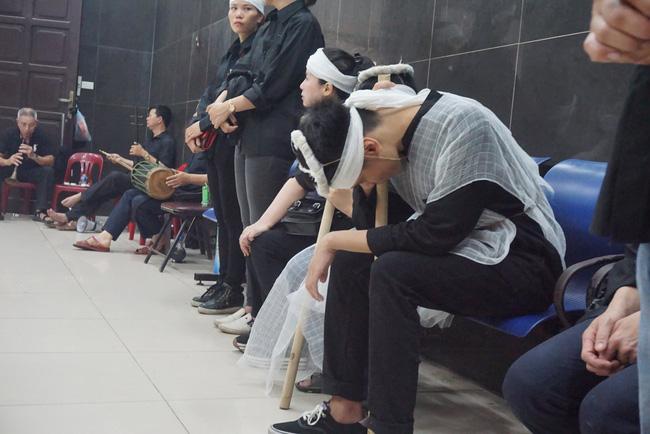 Con trai khóc ngất, mẹ già ngã quỵ bên linh cữu của nữ lao công bị ô tô điên tông chết ở Hà Nội khiến ai cũng xót xa-6
