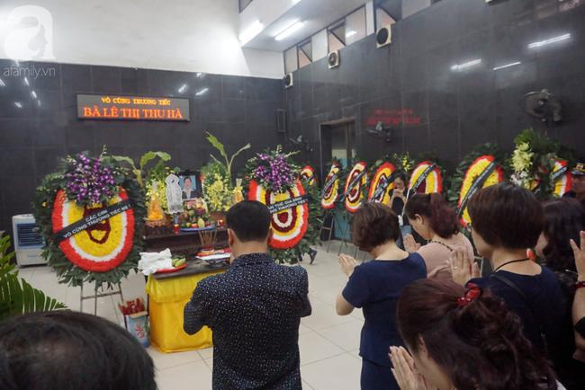 Con trai khóc ngất, mẹ già ngã quỵ bên linh cữu của nữ lao công bị ô tô điên tông chết ở Hà Nội khiến ai cũng xót xa-25