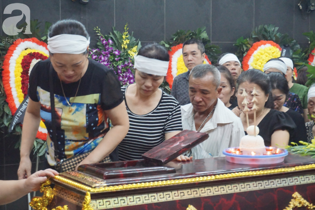 Con trai khóc ngất, mẹ già ngã quỵ bên linh cữu của nữ lao công bị ô tô điên tông chết ở Hà Nội khiến ai cũng xót xa-14