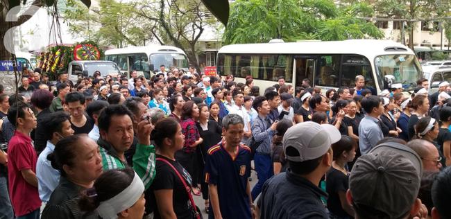 Con trai khóc ngất, mẹ già ngã quỵ bên linh cữu của nữ lao công bị ô tô điên tông chết ở Hà Nội khiến ai cũng xót xa-23
