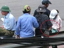 Vạch trần thủ đoạn dàn cảnh móc túi gần cổng bệnh viện Bạch Mai