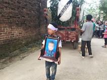 Lễ tang cháu bé 8 tuổi bị bác rể sát hại: Em trai thất thần ôm di ảnh anh, cả xóm bàng hoàng thương xót