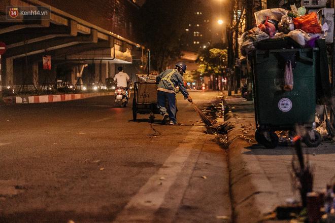 Sự ra đi của nữ công nhân môi trường và nỗi ám ảnh người ở lại: Những phận đời phu rác bám đường phố Hà Nội mưu sinh-17