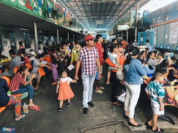 Nắng nóng kéo dài, bệnh viện ở Sài Gòn đông nghịt-2