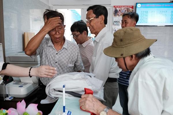 Nắng nóng kéo dài, bệnh viện ở Sài Gòn đông nghịt-10