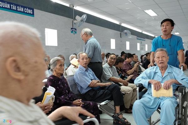 Nắng nóng kéo dài, bệnh viện ở Sài Gòn đông nghịt-11