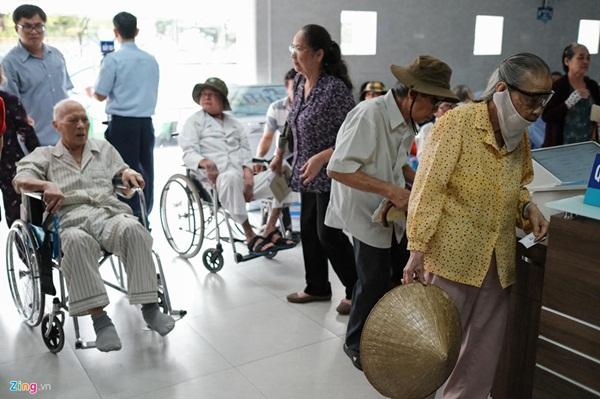 Nắng nóng kéo dài, bệnh viện ở Sài Gòn đông nghịt-12