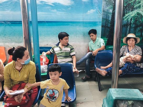 Nắng nóng kéo dài, bệnh viện ở Sài Gòn đông nghịt-7