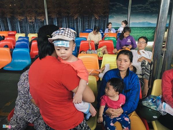 Nắng nóng kéo dài, bệnh viện ở Sài Gòn đông nghịt-8