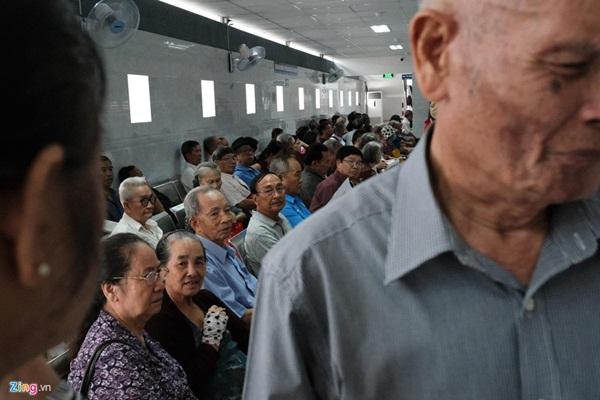 Nắng nóng kéo dài, bệnh viện ở Sài Gòn đông nghịt-9