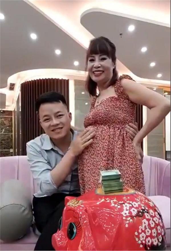Sốc: Vừa tuyên bố có bầu chưa lâu, cô dâu 62 tuổi đã lộ bụng vượt mặt, tiết lộ đang tiết kiệm tiền để đẻ mổ-2