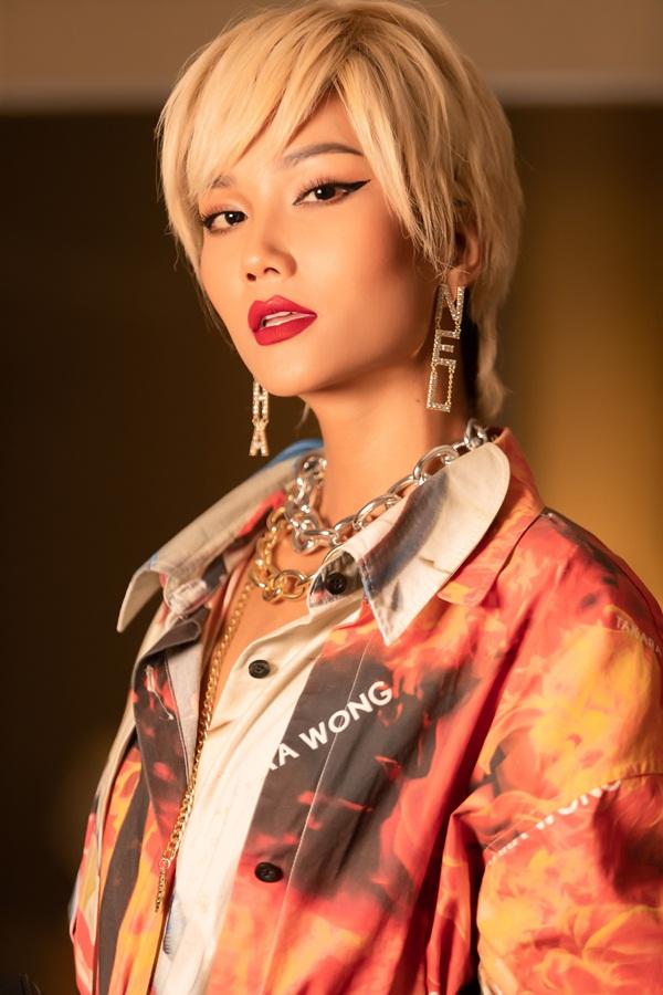 Lần đầu thử sức với mái tóc vàng, Hoa Hậu HHen Niê khiến fan hâm mộ nhìn mãi mới nhận ra-2
