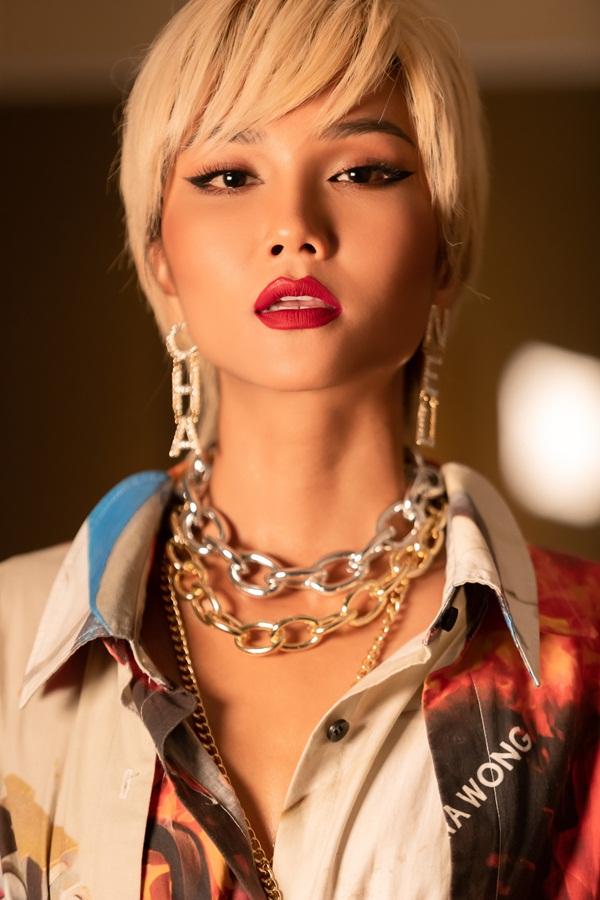 Lần đầu thử sức với mái tóc vàng, Hoa Hậu HHen Niê khiến fan hâm mộ nhìn mãi mới nhận ra-4