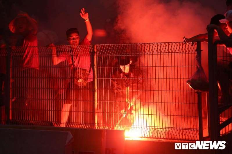 Đốt pháo sáng phá hoại bóng đá Việt Nam: Đã đến lúc CLB khởi kiện cổ động viên-1