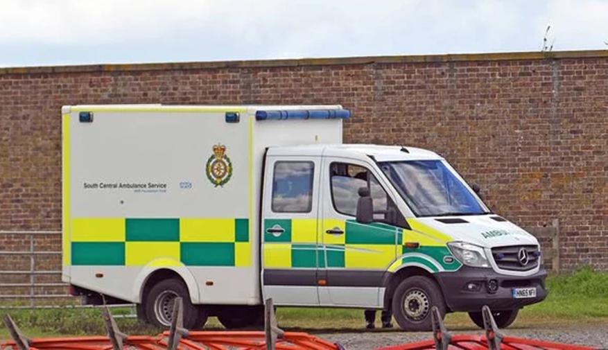 Meghan có thể đang sinh con đầu lòng, người hâm mộ nín thở chờ đợi khi xe cứu thương xuất hiện bên ngoài nhà của vợ chồng Hoàng tử Harry-2