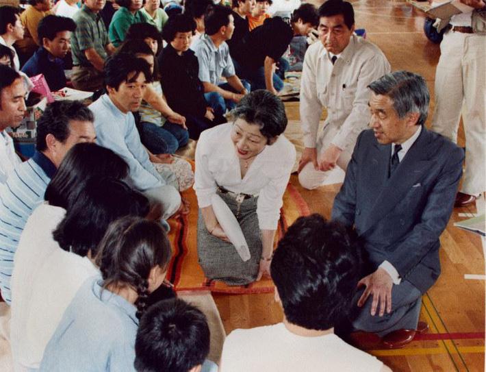 Nhật hoàng Akihito - vị hoàng đế rũ bỏ hình tượng bất khả xâm phạm để đi vào lòng dân và những dấu ấn không thể nào quên trong 30 năm trị vì-8