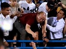 HLV Park Hang Seo trèo lan can gọi học trò, trợ lý Lee vui mừng gặp bạn cũ