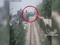 Clip: Khoảnh khắc xe tải chạy ẩu, lao ra giữa đường ray bị tàu hoả tông lật