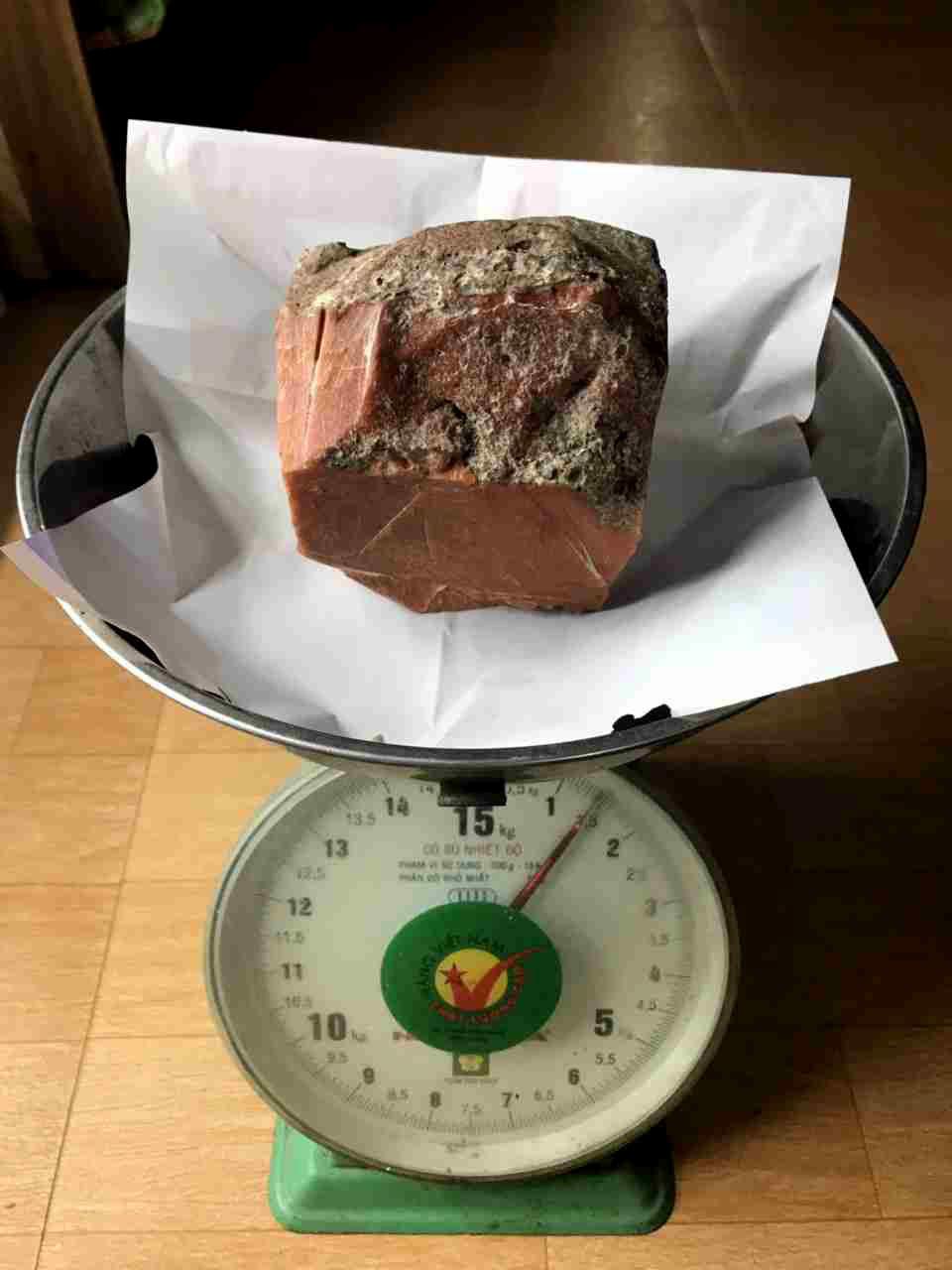 Lão ngư Bình Định vớ được báu vật biển triệu USD: Xẻ miếng nhỏ bán 800 triệu-4