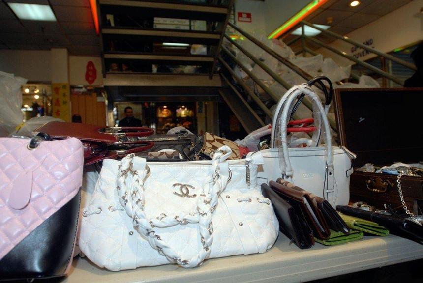 Thoải mái mua đồ Gucci, LV trên lề đường ở New York-2