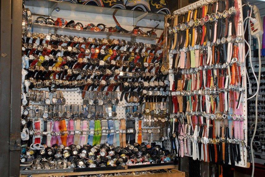 Thoải mái mua đồ Gucci, LV trên lề đường ở New York-4