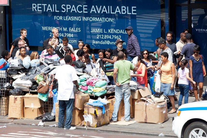 Thoải mái mua đồ Gucci, LV trên lề đường ở New York-5