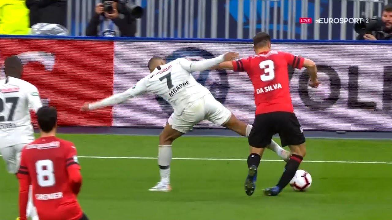 Truyền nhân Quả bóng vàng của Ronaldo và Messi đạp đối thủ ghê rợn, nhận thẻ đỏ ngay lập tức-2
