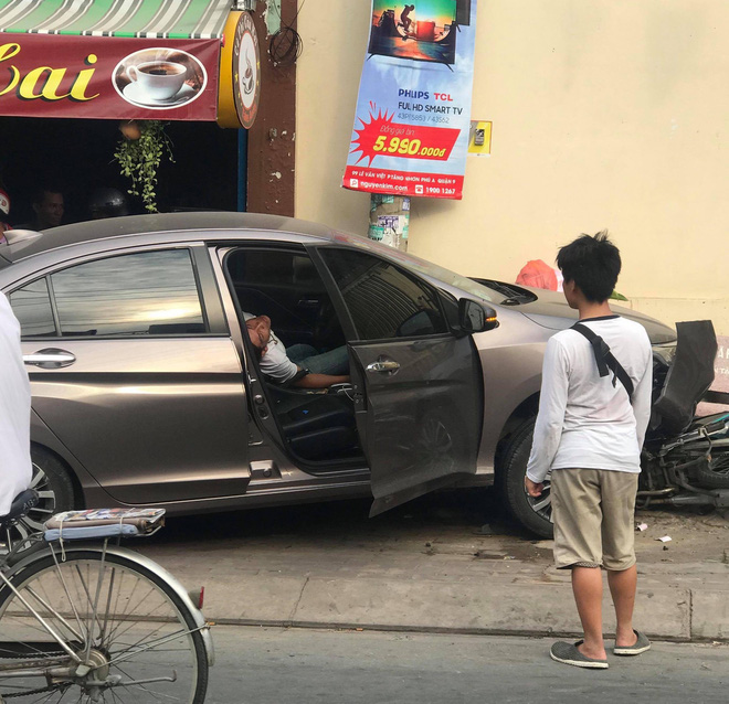 Tài xế nằm sùi bọt mép trong xe sau khi gây tai nạn ở Sài Gòn, nghi phê ma tuý-3