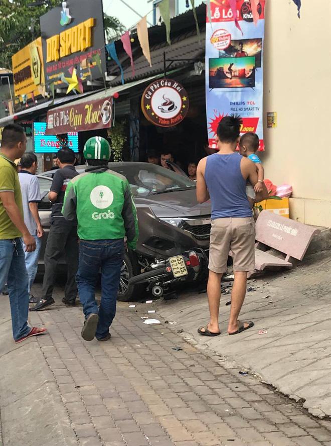 Tài xế nằm sùi bọt mép trong xe sau khi gây tai nạn ở Sài Gòn, nghi phê ma tuý-2