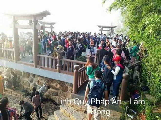 Bãi biển Sầm Sơn nhìn từ trên cao không chỗ trống, đường đi Cát Bà - xe xếp hàng dài dằng dặc dịp lễ-3