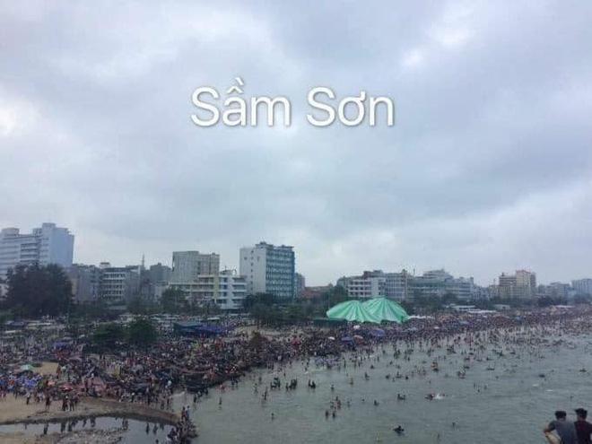 Bãi biển Sầm Sơn nhìn từ trên cao không chỗ trống, đường đi Cát Bà - xe xếp hàng dài dằng dặc dịp lễ-8