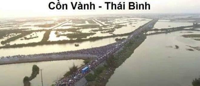 Bãi biển Sầm Sơn nhìn từ trên cao không chỗ trống, đường đi Cát Bà - xe xếp hàng dài dằng dặc dịp lễ-9