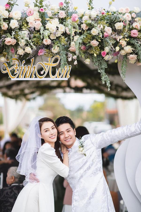 Một năm sau khi sinh con gái đầu lòng, Lê Hà (The Face) và ông xã điển trai như tài tử tổ chức đám cưới-4