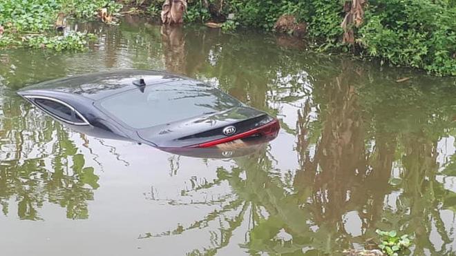 Ô tô con chìm nghỉm dưới sông, nữ tài xế ướt sũng đứng trên bờ gây chú ý-1
