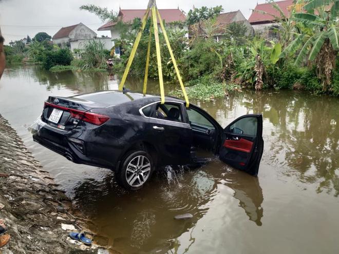 Ô tô con chìm nghỉm dưới sông, nữ tài xế ướt sũng đứng trên bờ gây chú ý-6