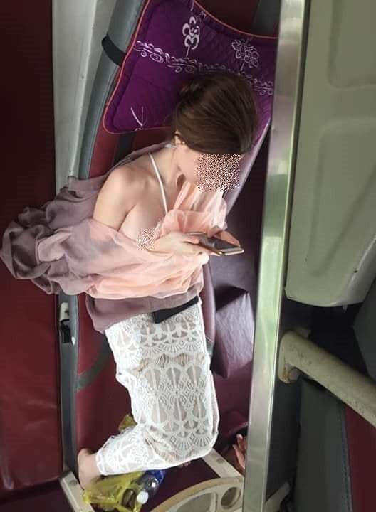 Đi xe giường nằm gặp khách nữ tầng dưới mặc váy ren, chàng trai nóng 40 độ vì vô tình thấy cô hở hết cả ngực-2