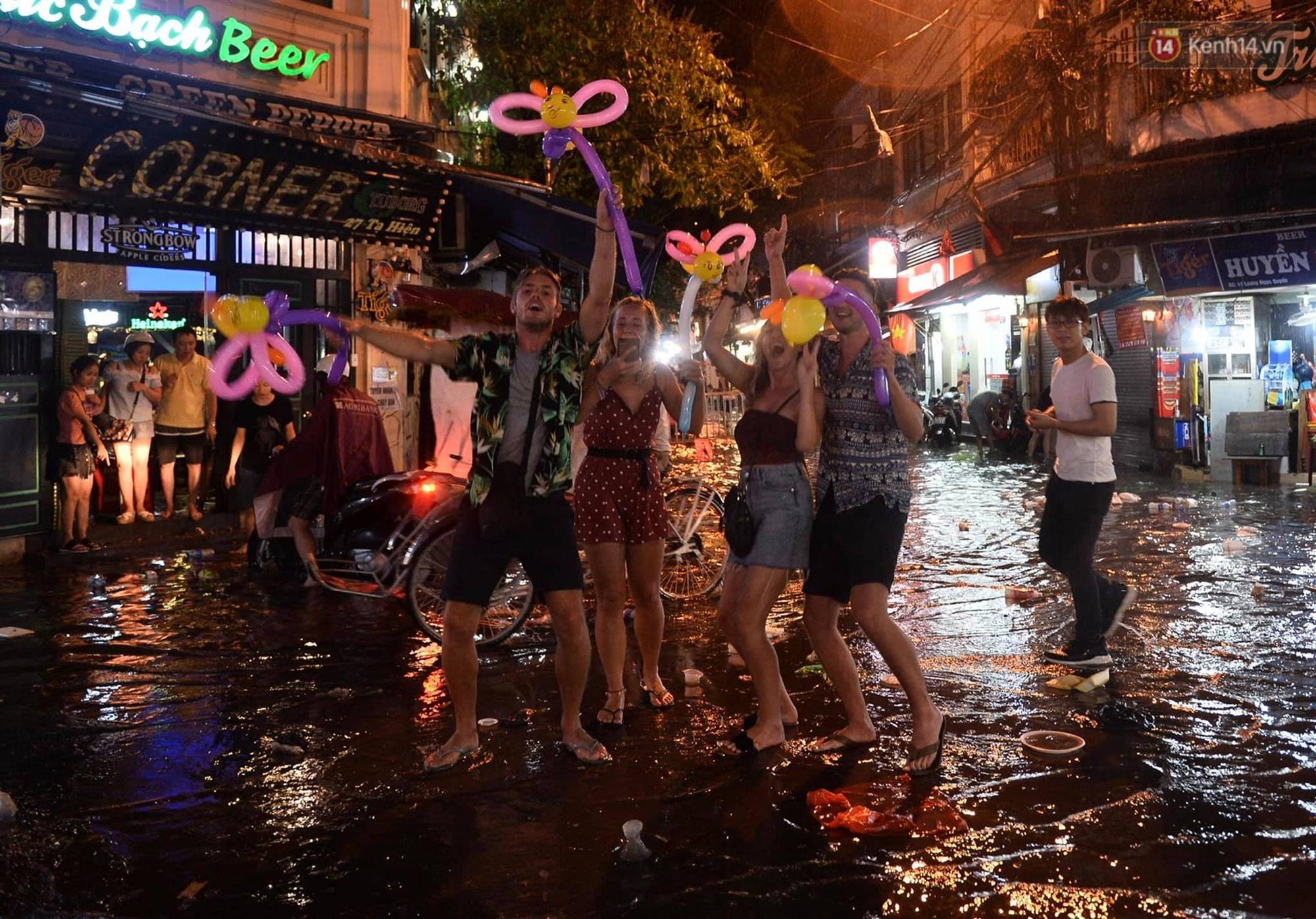 Hà Nội: Phố tây Tạ Hiện - Lương Ngọc Quyến mênh mông nước, nhiều cặp đôi phải cõng nhau di chuyển-14
