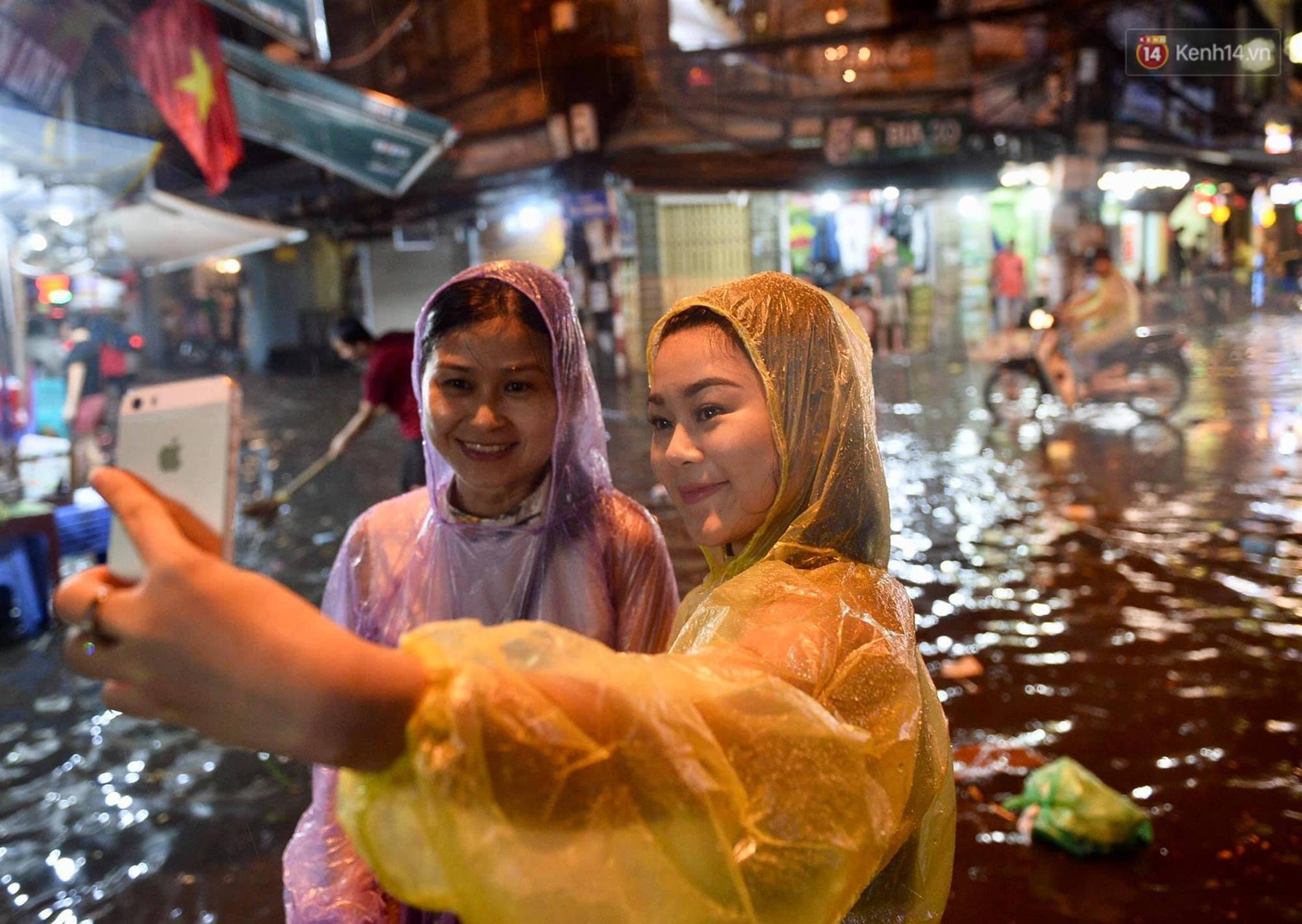 Hà Nội: Phố tây Tạ Hiện - Lương Ngọc Quyến mênh mông nước, nhiều cặp đôi phải cõng nhau di chuyển-15