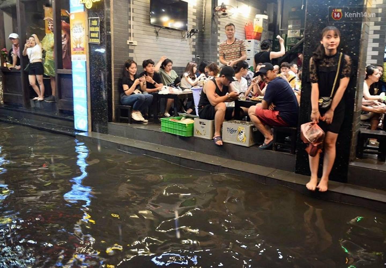 Hà Nội: Phố tây Tạ Hiện - Lương Ngọc Quyến mênh mông nước, nhiều cặp đôi phải cõng nhau di chuyển-6
