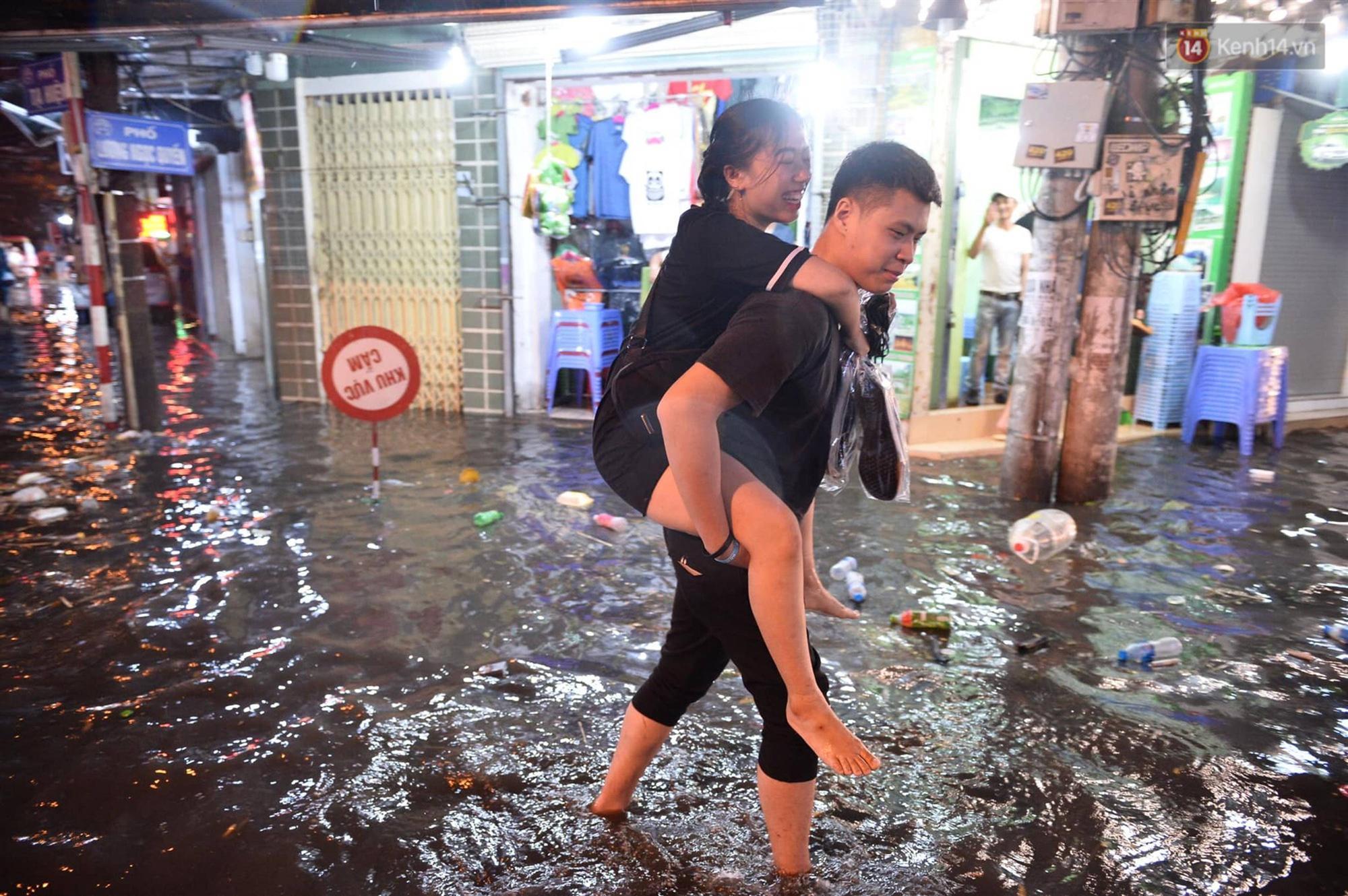 Hà Nội: Phố tây Tạ Hiện - Lương Ngọc Quyến mênh mông nước, nhiều cặp đôi phải cõng nhau di chuyển-8