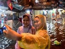Hà Nội: Phố tây Tạ Hiện - Lương Ngọc Quyến mênh mông nước, nhiều cặp đôi phải cõng nhau di chuyển