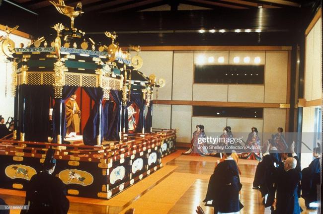 Hôm nay Nhật hoàng Akihito chính thức thoái vị, cùng nhìn lại những khoảnh khắc không thể nào quên khi ông đăng quang 30 năm trước-7