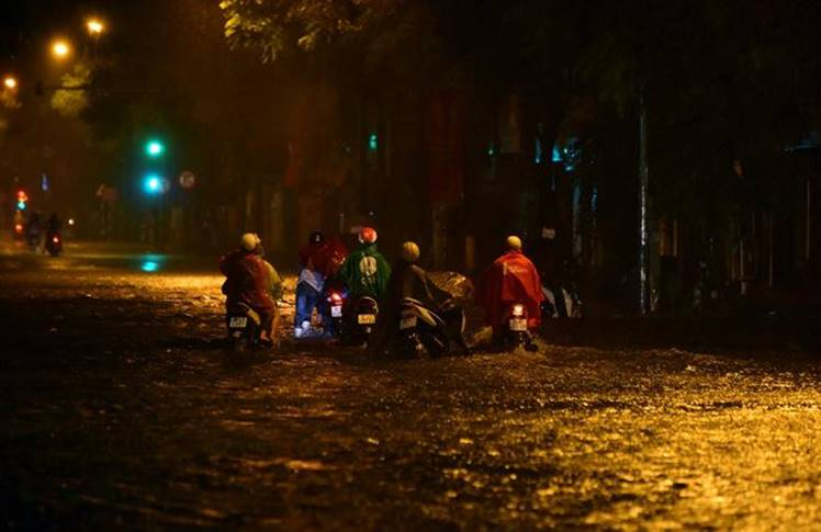 Hà Nội mưa trong đêm, nhiều tuyến đường mênh mông nước-1