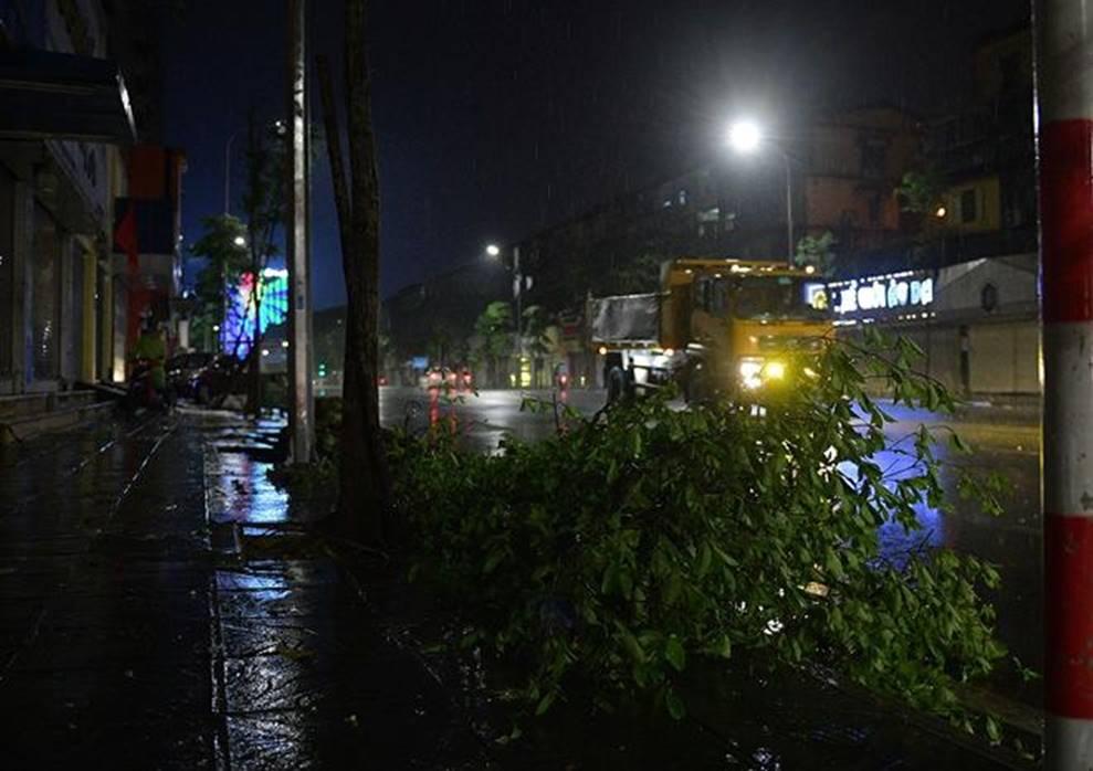Hà Nội mưa trong đêm, nhiều tuyến đường mênh mông nước-10