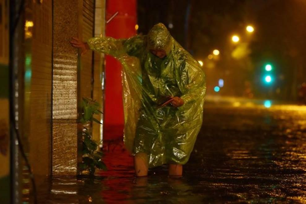 Hà Nội mưa trong đêm, nhiều tuyến đường mênh mông nước-2